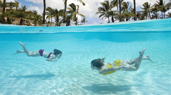 Girls underwater, Ritz-Carlton Kapalua on Maui, Hawaii, USA